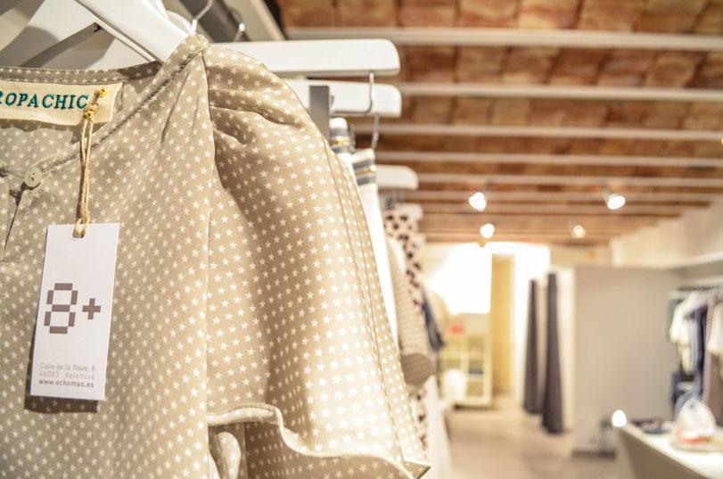 8+ - Ximo Roca Diseño. Diseño tienda de ropa situada en Valencia. Diseño de identidad corporativa, material promocional, branding, papelería corporativa.