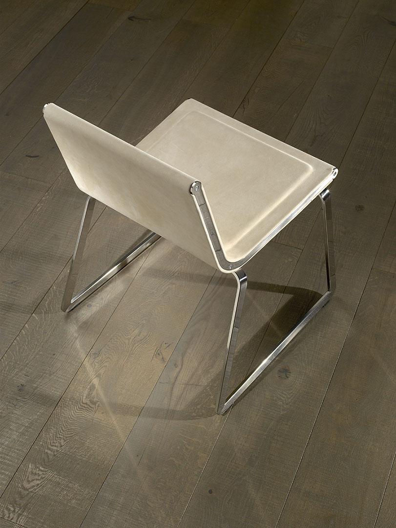La colección de sillas consta de versiones con brazos, si brazos y versiones con ruedas regulables en altura mediante pistón de gas.