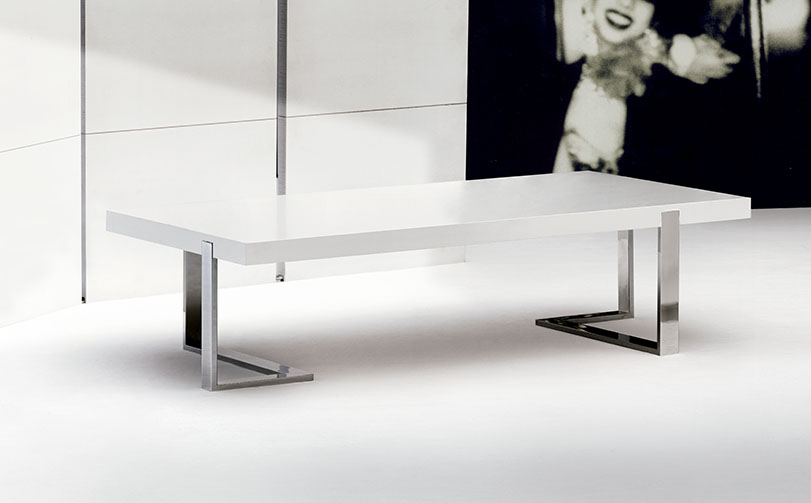 Colección compuesta por mesa de comedor, mesa de centro, consola y escritorio que combina el sobre de madera con estructura de metálica.