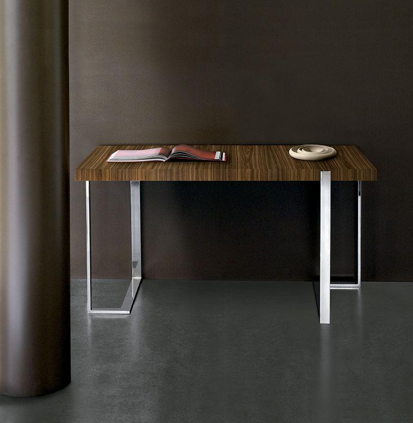 Lex. Colección compuesta por mesa de comedor, mesa baja, consola y diseño de mesa de escritorio que combina el sobre de madera con estructura de metálica.