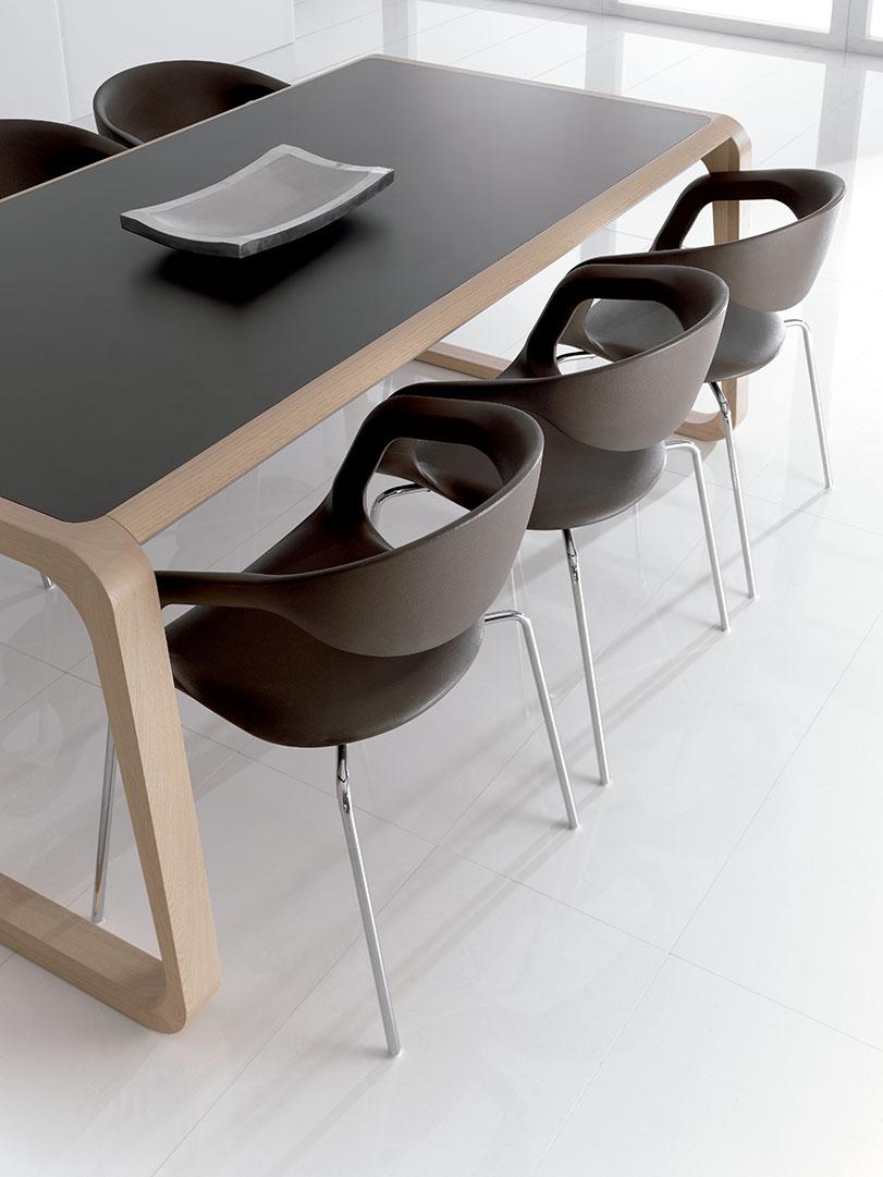Red - Ximo Roca Diseño. Diseño de silla versátil, cómoda y funcional, de líneas curvas y envolventes que se adaptan perfectamente a la espalda.