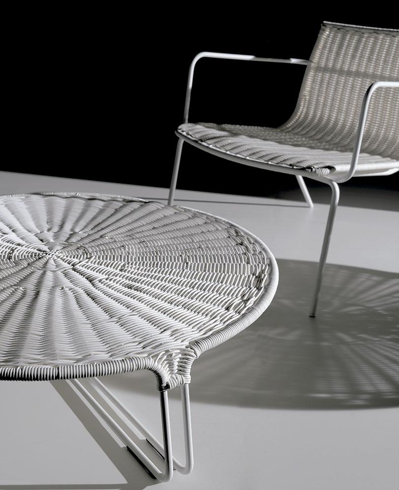 Una mesa complemento que encuentra su equilibrio en su claridad formal y contractiva. Además de su uso en el hogar, por su síntesis complementa a todo tipo de instalaciones.