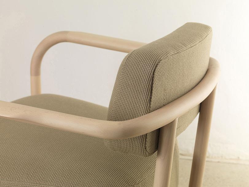 Crol - Ximo Roca Diseño. Sillón relax con ottoman con una fuerte inspiración nórdica. Destacan sus líneas simples, esquemáticas y redondeadas, que aportan sencillez y limpieza