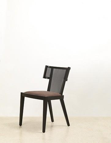 Ear - Ximo Roca Diseño. Diseño de sillas para espacios interiores. Destaca la forma envolvente del respaldo, que aporta a la serie un aspecto acogedor y confortable.