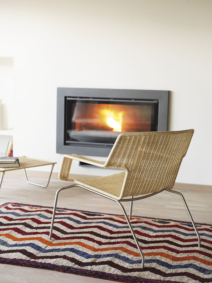 Kif - Ximo Roca Diseño, Silla y reposapies de fibra sintética que genera asiento y respaldo, totalmente apilable. Finalista Premios AEPD de Diseño 2006