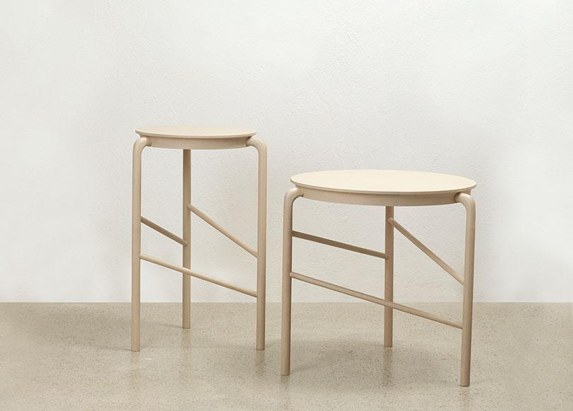 Nona - Ximo Roca Diseño. Colección de mesas auxiliares de madera, de líneas sencillas y esquemáticas. Su diseño resalta las uniones y el trabajo del material.