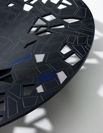 Trencat - Ximo Roca Diseño. Diseño de producto. El centro de mesa es un elemento colorista que se transforma con la luz y que formalmente nos recuerda al baciyelmo