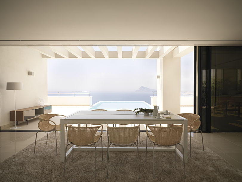 Zeros - Ximo Roca Diseño. Silla de médula de forma envolvente y orgánica que incitan a utilizar la pieza intuyendo su comodidad. Para uso interior y exterior