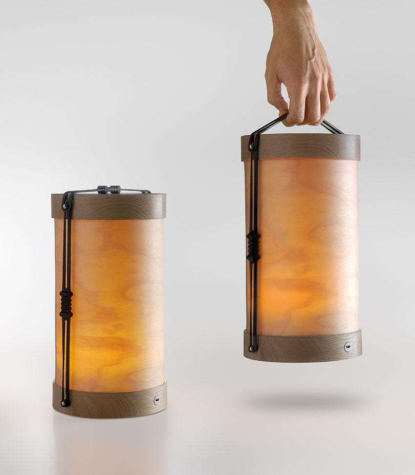 Luciole es una lámpara portátil, compacta y de pequeñas dimensiones. Está formada por dos piezas de madera maciza unidas entre sí por unas gomas elásticas, disponibles en negro o transparente, que permiten transportarla a modo de farol mediante su asa superior.
