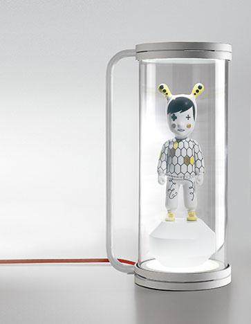 The Chosen One. Con su aspecto atrevido y sorprendente, esta lámpara pretende ir más alla del simple uso de iluminar. Cuenta con dos puntos de luz, uno superior y uno inferior, que permiten iluminar tus objetos favoritos situados en su interior. Si retiras su pantalla, The Chosen One se convierte en un flexo de uso convencional.