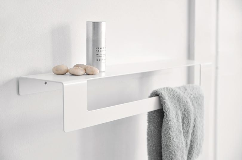 Complementos para el baño de gran ligereza visual. Con un plegado sencillo de plancha de aluminio se han podido resolver de forma singular algunos elementos de la colección.