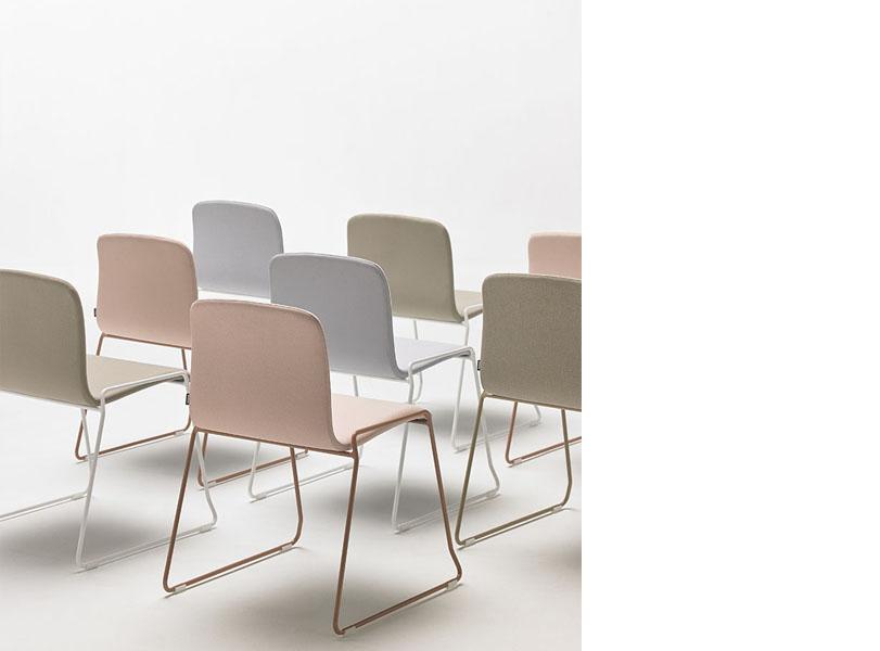 Colección de sillas y taburetes, versátil y completamente adaptable, que se integra en cualquier espacio.