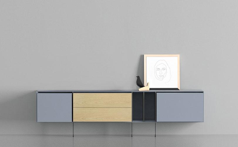 Nuevo concepto de mobiliario. Partiendo de una estantería modular o de unos contenedores horizontales podemos ir incorporando separadores o cajas de distintos tamaños, materiales y funciones, obteniendo así un mueble que se adapta a nuestras necesidades de uso. Pudiendo cambiar en cualquier momento la disposición de los elementos inicialmente adquiridos se consigue un nuevo aspecto. Siempre se pueden incorporar otros nuevos, manteniendo así vivo el mueble. Por lo que, se puede decir que YOKO CAMBIA CONTIGO.