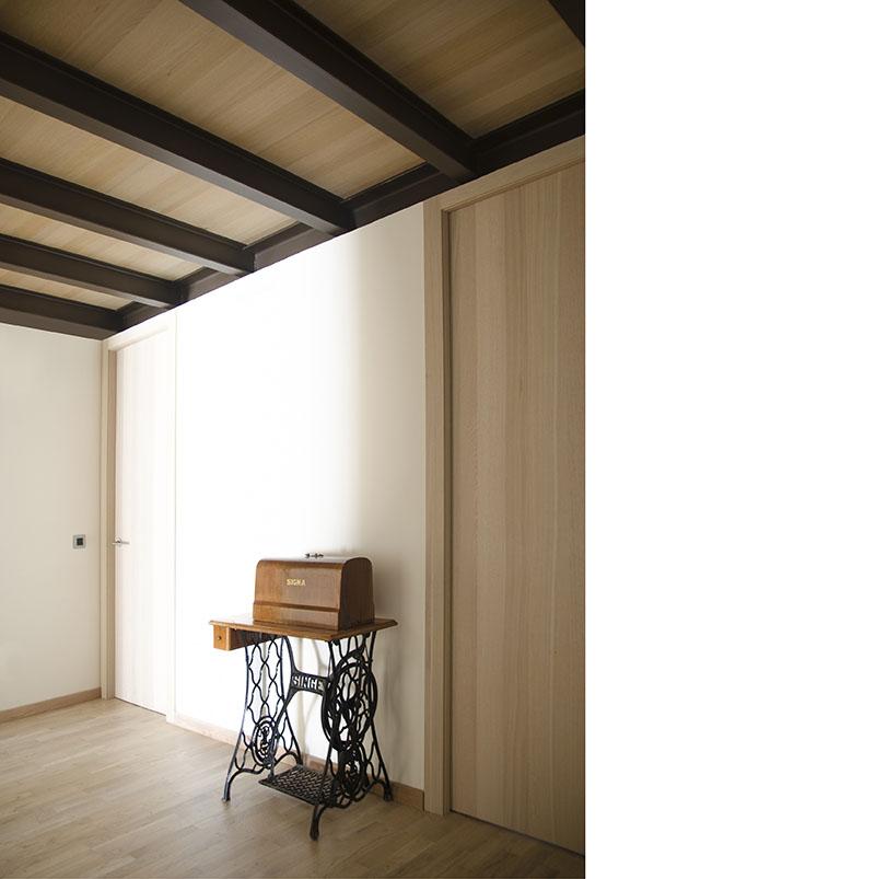 La unifamiliar se encuentra en un pequeño pueblo de Teruel. Los materiales que se han empleado en los espacios tanto en el interior como en el exterior, a través de sus texturas y tonalidades, buscan la integración en un ambiente rural.