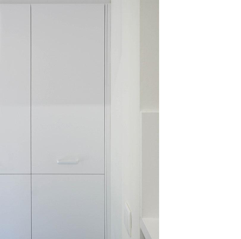 La villa es característica de vivienda tradicional de la localidad de Benicassim. Partimos de mantener la estructura e intervenir únicamente la distribución en planta baja donde se sitúa la zona de día y un dormitorio, mientras que la planta primera acoge el resto de dormitorios. En estos espacios se han empleado materiales con texturas y tonalidades que buscan generar una composición equilibrada. Resaltando el suelo azul que es la característica fundamental de esta intervención.